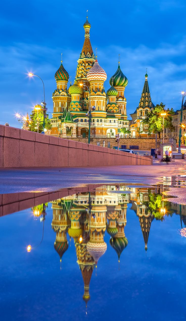 St. Basil's Cathedral with reflection on the Red Square in Moscow, Russia. Μιλιέται η ρωσική γλώσσα.                                                                                                                                                     More