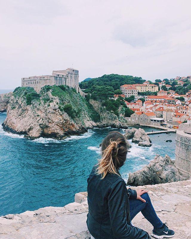 Passeio pela muralha que rodeia o centro da cidade cenário de Game of Thrones  A cor do mar Adriático é sensacional || @aricretella || Walk through the wall that surrounds the city center. You may recognize it from game of thrones ;) - girl power - travel tip - dica de viagem - blog de viagem - sea - mar - Ariadne Cretella