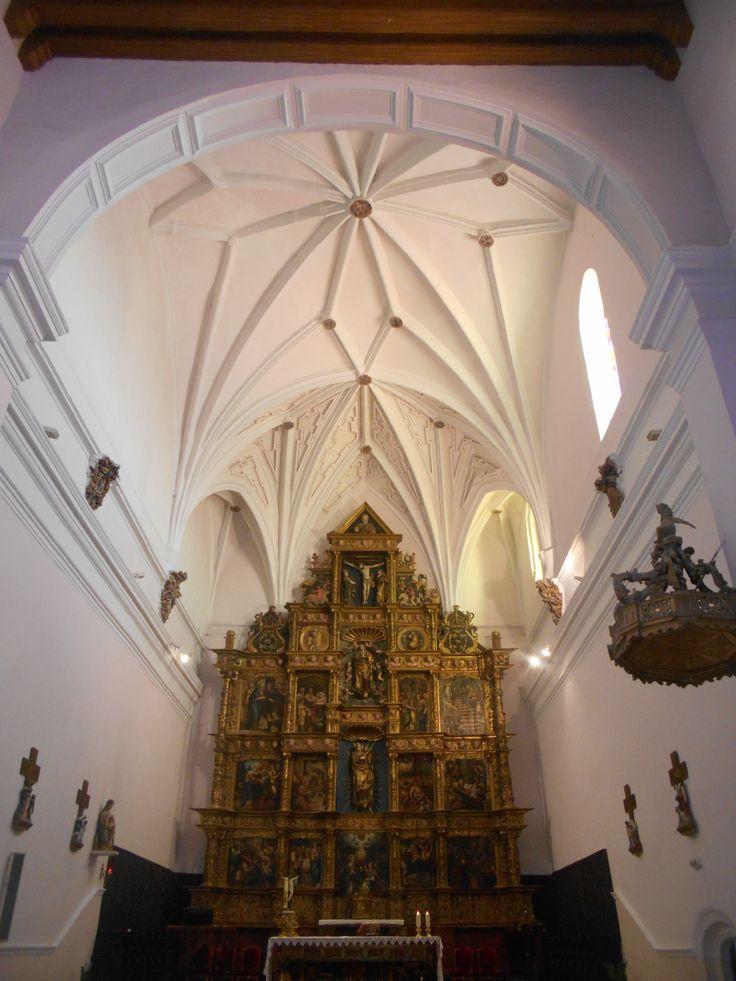 Nave y altar. El retablo tras el altar tiene signos masónicos. Iglesia de Santa Maria del Castillo.