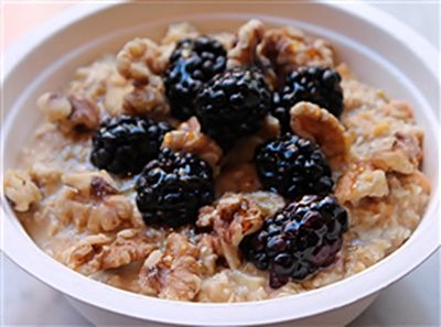 Peaches & Cream Oatmeal With Blackberries Recipe for breakfast. #Recipe #Breakfasts #Peaches #Oatmeal #Blackberries #Kitchen #Chef #Food #FoodingGuide