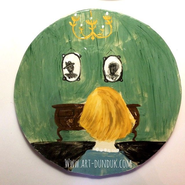 "Плоская тарелка ""Гостинная""  диаметр 22 см. #dish #dishes #clay #craft #ceramic #handmade #livingroom #women #portrait #picture #oldstyle #vintage #посуда #керамика #тарелка #блюдо #семейныйпортрет #гостинная #винтаж #ретро"
