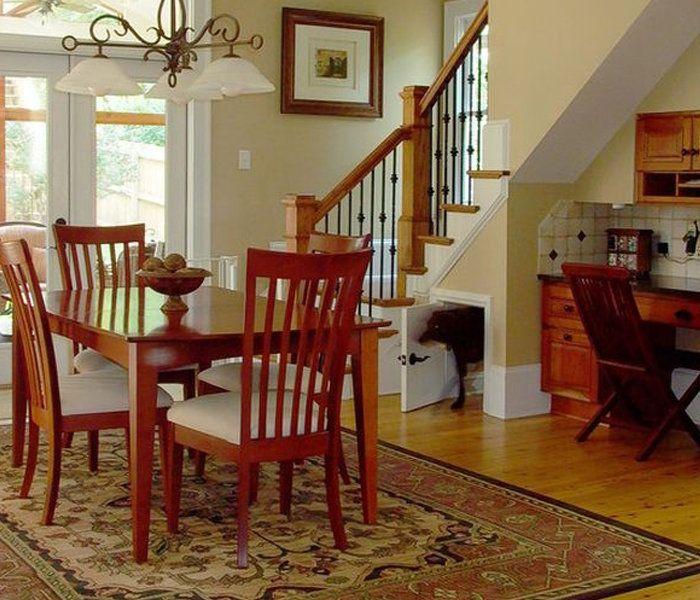 Собачье пространство под лестницей.