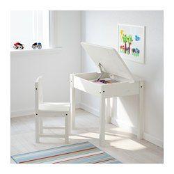 Skrivebord til at tegne, lave lektier, læse og lave hobbyarbejde, også hvis du kun har lidt plads. Låget kan stå åbent, og åbningens størrelse tilpasses, så låget ikke lukker ned over små fingre og hænder ved en fejl. Opbevaringsplads under pladen, der kan løftes. Et stort rum med plads til papirer i A3-størrelse og et mindre rum til kuglepenne og blyanter.