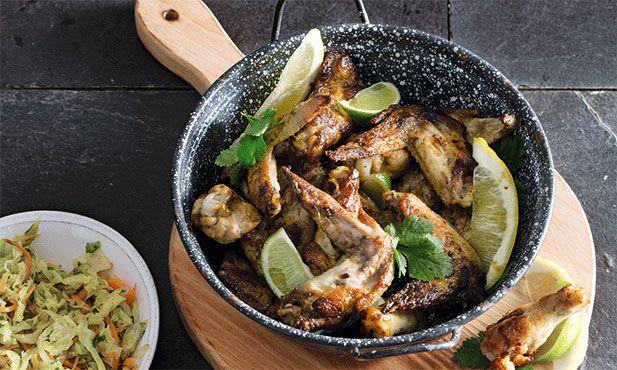 Nesta receita de asas de frango com malagueta, faz-se uma marinada e depois frita-se a carne em azeite até ficar crocante.