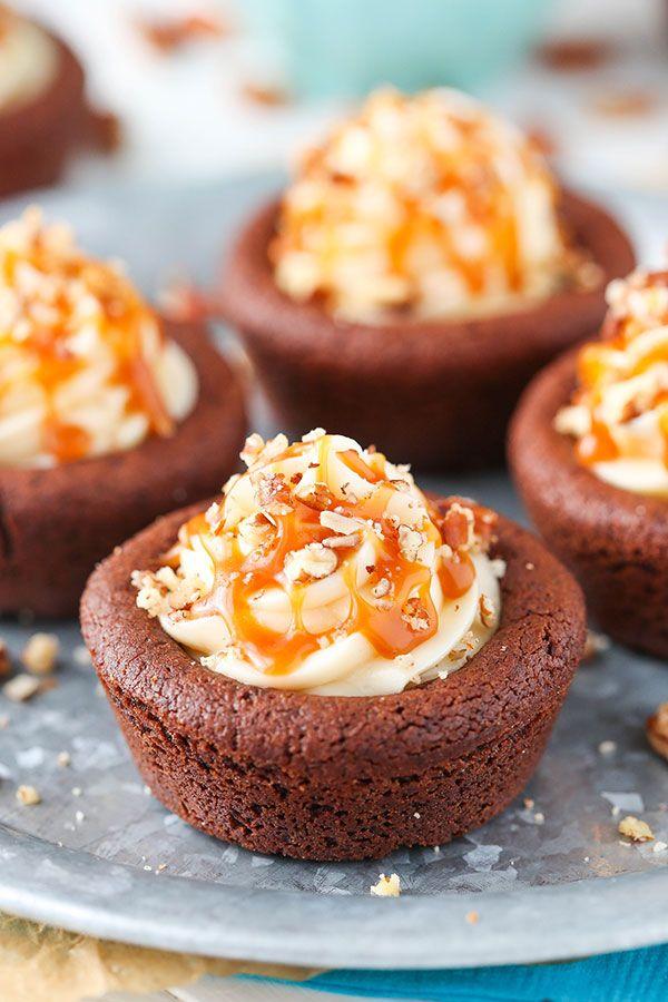 Copas de la tortuga de la galleta de chocolate llenos de pastel de queso del caramelo y una pizca de nuez!
