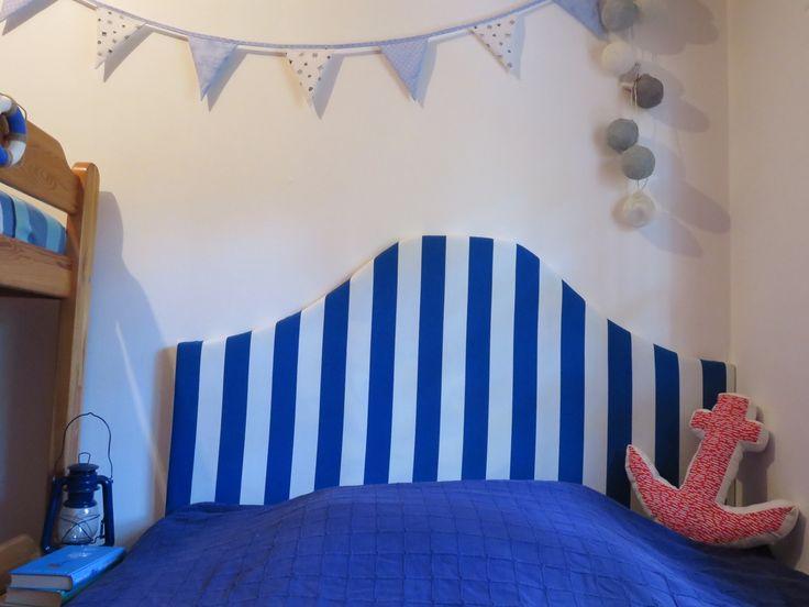 Prezentujemy pomysł na oryginalny zagłówek do łóżka. Wykonany z miękkich elementów i materiału nada wnętrzu przytulnego charakteru. Możesz zastosować dowolną tkaninę dopasowaną do aranżacji wnętrza. Zobacz jak zrobić zagłówek tapicerowany razem z nami.