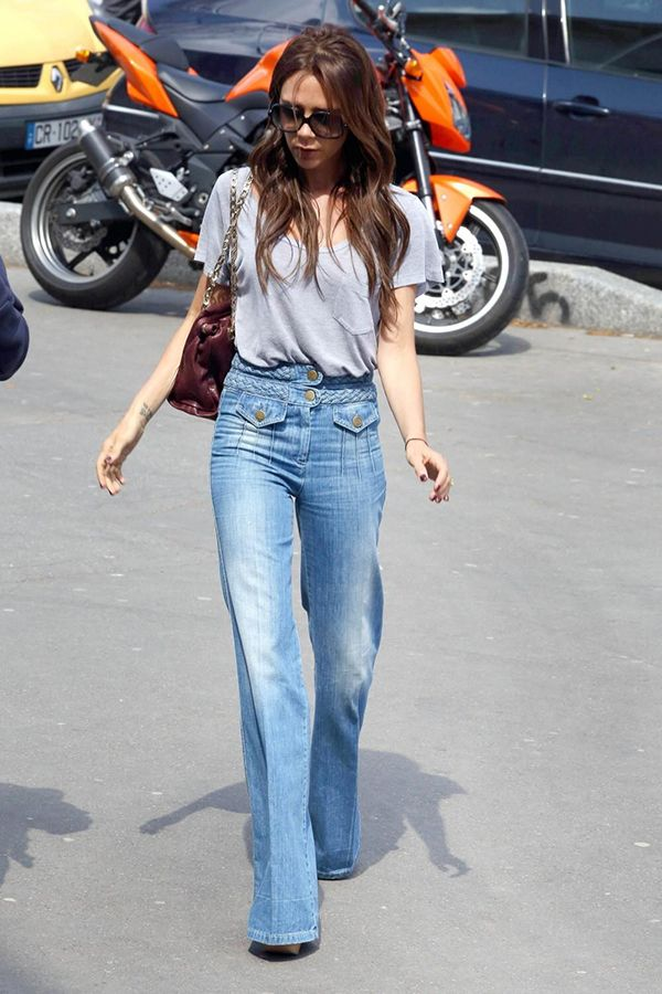Victoria Beckham mostra como tshirt cinza combina com calça flare