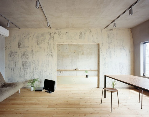 新舊元素組合的前衛簡約公寓 - 成瀨‧豬熊 on KAIAK.TW   城市美學的新態度: Hirokokarib Architects, Favorite Places, Narus Inokuma, Inokuma Architects, Setagaya Flats, Grey Wall, Living Room, Interiors Design, Plywood Floors