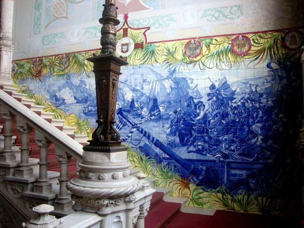 "Buçaco Palace Hotel, ""The arrival of Vasco da Gama to India"" ""panel (photo: Patrícia Nóbrega, 2015) | Patrícia Nóbrega. ""Jorge Colaço: identity and transcultural framings,"" in ARTisON - AzLab#14 Azulejos and Frames. Proceedings. 2 (2016), p. 75-87. URL: http://artison.letras.ulisboa.pt/index.php/ao/article/view/43"