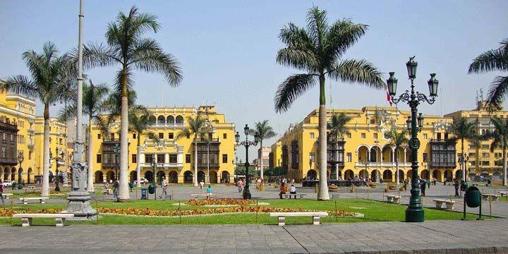 Ubicada en el centro histórico de la ciudad, está presente desde el primer día de fundación de Lima (1535) y ha sido testigo de los eventos más importantes, como la proclamación de la independencia del Perú.  Hoy, es punto de reunión de los más locales y recibe la visita de miles de turistas cada día, además de estar rodeada de algunos de los edificios más importantes de la capital como el Palacio de Gobierno, el Palacio Municipal y la Catedral de Lima.