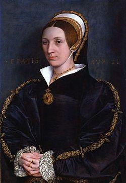 16~17世紀テューダー朝貴族女性。エリザベス・シーモア。 FrenchHood(フレンチフード)=女性の髪飾り。16世紀西ヨーロッパで人気。 フレンチフードは丸みを帯びた形状が特徴であるフード。髪形の上に着用され、背面に黒いベールが取り付けらている。着用時オデコは常時見えていた。 これはヘンリー8世の2番目の妻であるアン・ブーリンがフランスから持ち帰り、イギリスに導入された(アンは新興富裕階級の純粋なイングランド人だが、フランスで教育を受けフランス宮廷に仕えていた)。 アンの死後、フレンチフードは後妻ジェーン・シーモアによって拒否されGableHoodへと変遷を遂げたが、ジェーンの死後、再びフレンチフードに戻った。 French hood - Wikipedia