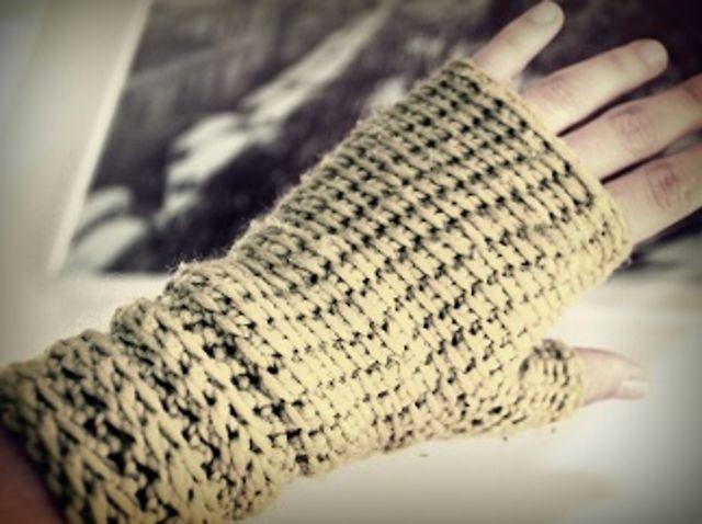 Aprende a hacer unos guantes sin dedos, o mitones, en crochet o ganchillo. Te enseñamos el punto básico del crochet tunecino, una técnica que puedes aplicar a otros tejidos.