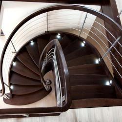 http://treppenprojekte.de/ - Eine sehr schöne gewendelte Vollholztreppe aus Polen mit einem sehr schönen Design. #treppen #treppe #vollholz #Holztreppe #Design #Haus #Hausbau #Treppenhaus #polen #treppenbauer