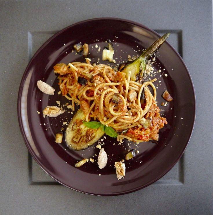 ριγωτά σπαγκέτι με μελιτζάνες και καρύδια - http://www.pandespani.com/syntages/spaghetti-melitzanes-karydia/