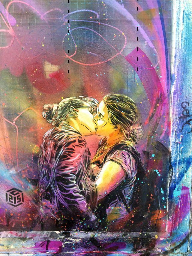 """Grafite de 2012 de um beijo nas ruas de Paris, assinado por C215, pseudônimo do artista Christian Guémy, também chamado de """"o Banksy francês""""."""