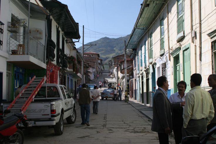 4-Calle de Sonsón. 2006. De espaldas (extremo inferior derecho), doctor John Jairo Arboleda C., en ese momento, Director de Regionalización.