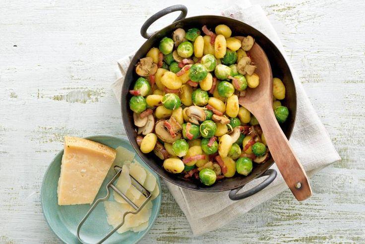 Kijk wat een lekker recept ik heb gevonden op Allerhande! Gebakken gnocchi met spekjes en spruitjes