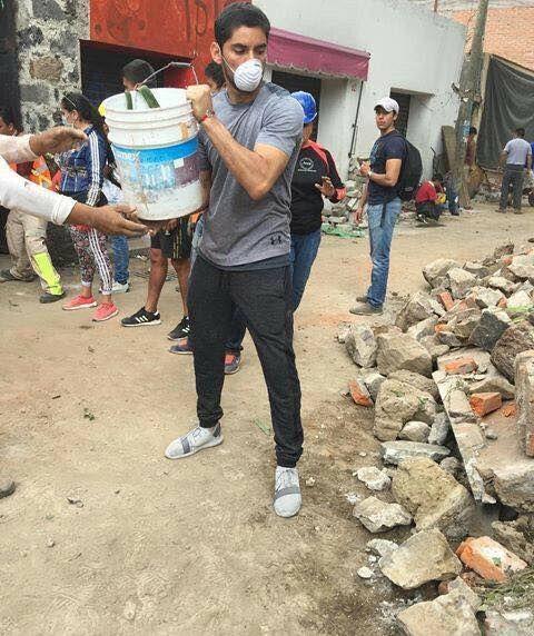 Él  como miles de mexicanos, llegó de incógnito, se puso ayudar a los afectados de Xochimilco y no lo anduvo presumiendo en redes sociales. Jesus Corona Portero de Cruz Azul.