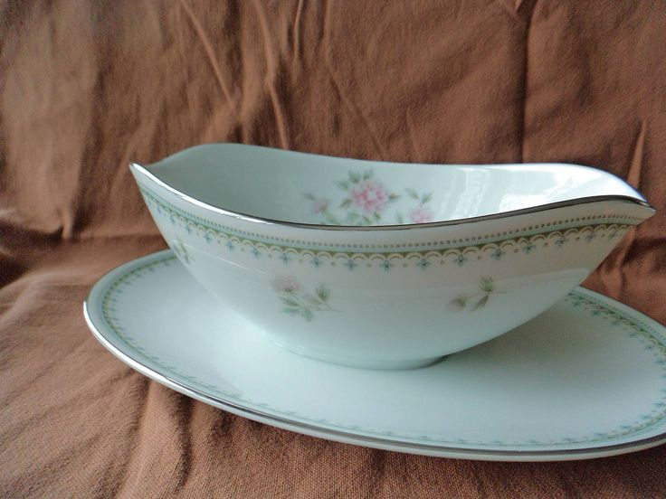 Noritake Jardine 6208 Gravy Boat with attached underplate Green Blue Pink Flowers Japan by GrandmothersTable on & 96 best Lovely Noritake Dinnerware images on Pinterest | Cutlery ...