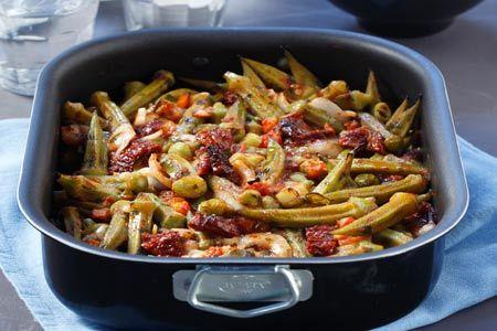 ΔιαδικασίαΒάζουμε σε ένα μεγάλο τηγάνι ή σε μια κατσαρόλα με βαρύ πάτο το ελαιόλαδο και μόλις ζεσταθεί ρίχνουμε τις μπάμιες και τις σοτάρουμε για 5 λεπτά....