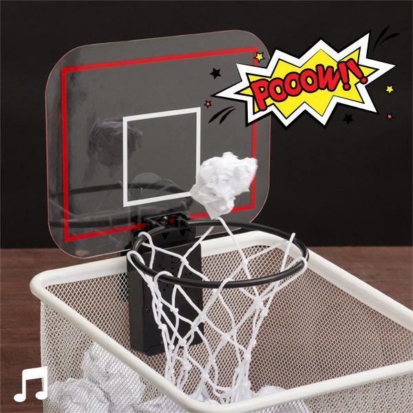 Metti alla prova la tua mira con l'originale minicanestro da basket con suono! Afferralo, con la pinza inclusa, nella posizione desiderata (cestino o simili),