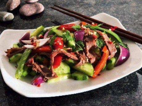 En krispig och fräsch sallad som är full av saftiga och törstsläckande grönsaker och härlig hetta från chilin. Inte bara god att äta, utan även vacker att se på. Ursprunget är thailändskt. Det är koriander, mynta, chili och den för Thailand typiska fisksåsen som ger salladen dess karaktär. Till det här receptet har Malin använt färdiggrillad rostbiff, men det går även bra att steka biff och skära i tunna skivor.