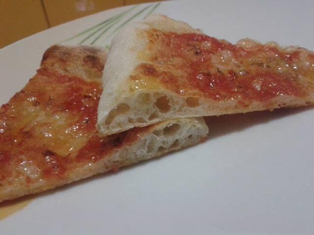 la pizza napoletana con lievito madre a lunga lievitazione ma ad impasto diretto leggera e digeribile gustosa come quella della pizzeria