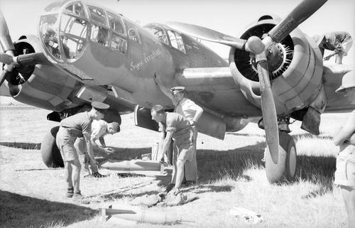 """Um dos Glenn Martin 167F (versão para a França do bombardeiro construído pelos EUA e conhecido pela RAF como Maryland) salvo pela Força Aérea Francesa de Vichy após a queda da França e transferido para o """"Lévant"""". A aeronave desta foto, é um dos """"Glenns"""" do Grupo de Bombardeio GB I/39 baseado na Síria e empregado durante a breve campanha Sírio-Libanesa contra o ataque das Forças do Império Britânico em junho de 1941. Em 8 e 9 de junho de 1941 os """"Glenns"""" do GB I/39, em conjunto com alguns…"""
