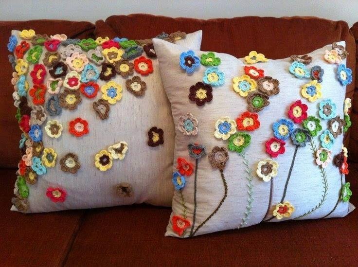 Çiçek motifleri ile yapılmış örgü kırlent modeli