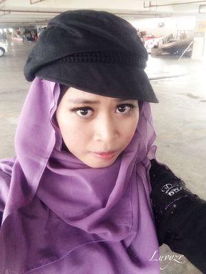 Perpaduan fashion style dari Japanese style mix hijab selal jadi poin utama untukku, kali ini penampilan casual tidak lupa dengan aksesories favoritku yaitu topi & makeup natural tapi tetap dengan Harajuku-style membuat penampilanku terlihat gothic semi feminin . ^_^