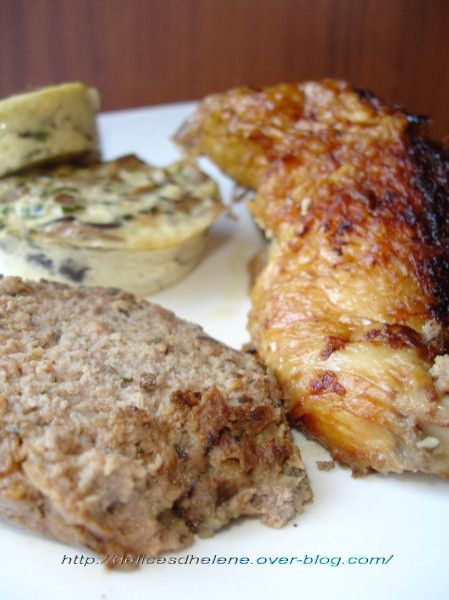 CHAPON FARCI AU BOUDIN BLANC (1 chapon de 3 kg, 2 boudins blancs, 300 g de foies de volaille, 350 g de farce fine de volaille à la forestière, 1 oeuf, 40 g de beurre, 5 cl de lait, 2 c à s de crème, 2 c à s de persil, 2 c à s de ciboulette, 3 échalotes, 2 tranches de pain de mie, 10 cl de cognac ou Noilly Prat, 2 pincées de 4 épices, sel et poivre)