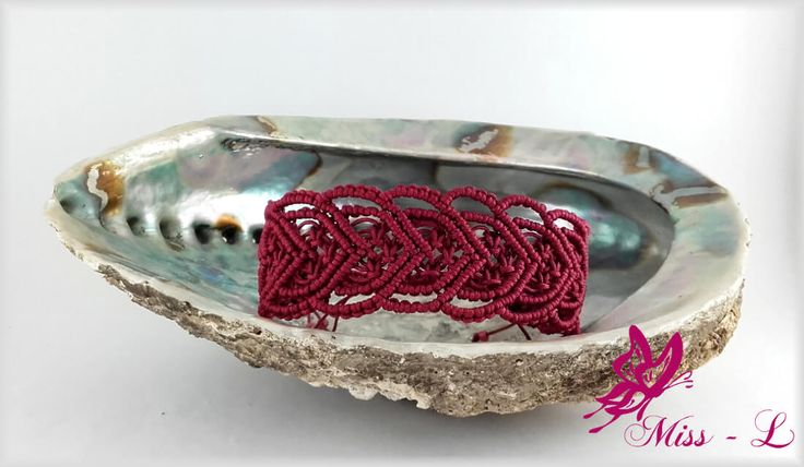 Mooie hartjes macramé armband in burgundy kleur.