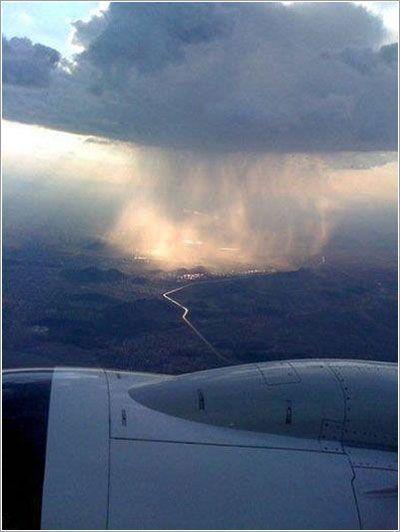 Lluvia desde la ventanilla de un avión