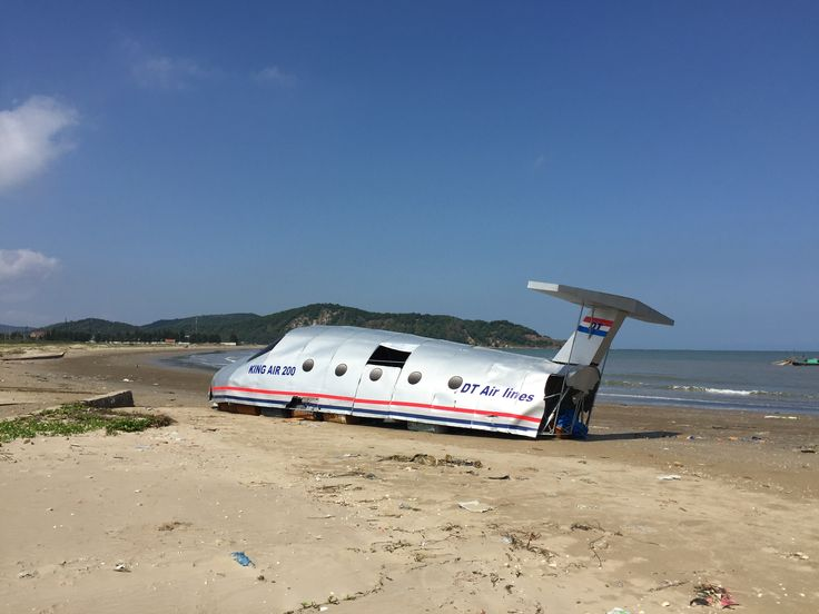 the firts episode of Lost tv show on the beach at vietnam