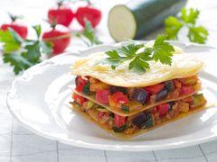 Lasagnes aux légumes et au parmesan    Ingrédients: 400 g de lasagnes, 2 courgettes, 2 aubergines, 1 poivron vert, 150 g de parmesan Pour le coulis de tomates : 6 tomates, 1 piment,2 oignons
