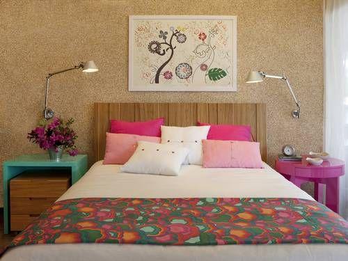 No projeto da dupla Camen Zaccaro e Marise Kessel para um quarto de casal, criado-mudo é laqueado de turquesa e a mesa lateral, de rosa, combinando com a roupa de cama Foto: Divulgação