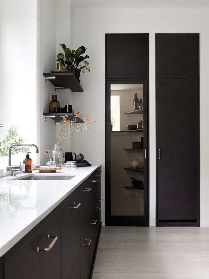 Bistro ask brunbets med vitrindörr in till skafferiet | Ballingslöv ----| Kitchen inspiration | A kitchen from Ballingslöv. Made in Ballingslöv, Sweden.