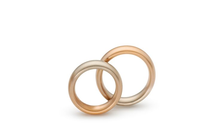Niessing aura® Trauring. Ein Ring mit einem fließenden Gold-Farbverlauf von feinem Grau zu leuchtendem Rot.