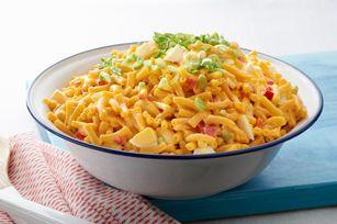 Le fromage transforme l'usuelle salade de macaroni en un plat sensationnel, qui conviendra à merveille à tous vos pique-niques et repas-partage de l'été.