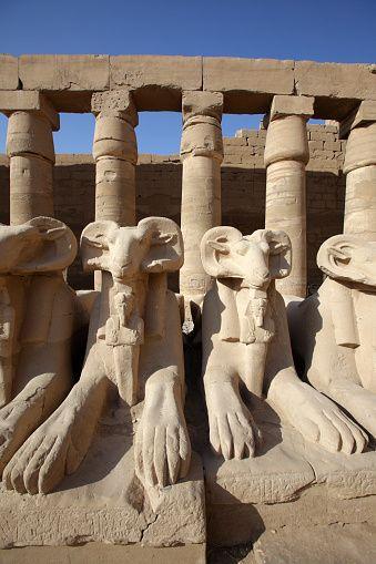 Ram estatuas en el complejo del templo de Karnak en Luxor Egipto