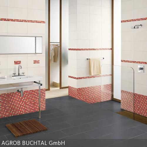 Das in einem dunklen Weiß geflieste Bad erhält durch die Bordüre aus roten Mosaikfliesen einen verspielten Charme. Die Bordüre wertet die ansonsten  …