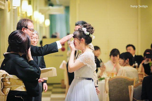 感謝を気持ちを 伝える結婚式 ご両親の想いも 写り込むように このシーンは 他のどのシーンよりも 魂込めて撮影します 手紙の内容や 涙をこらえるお父さん だったり 筋書きの無いドラマ がたくさんあります 今まで何千回見てきた 僕ですら いつも震えてま Couple