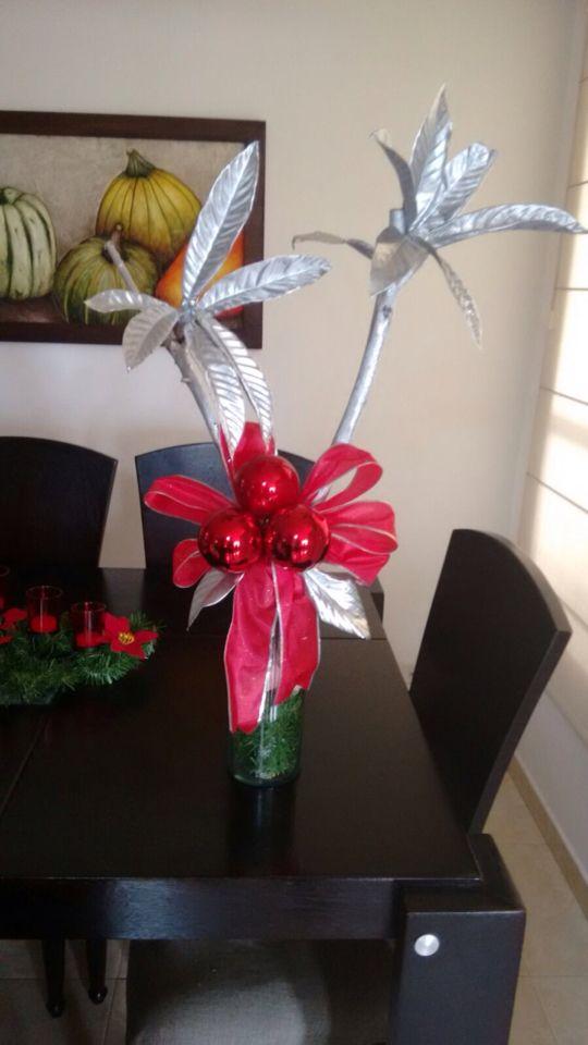 Adorno con ramas plata y moño rojo. Su base en vidrio hacen un perfecto complemento para decorar un espacio en estas Navidades.  #navidad #colombia