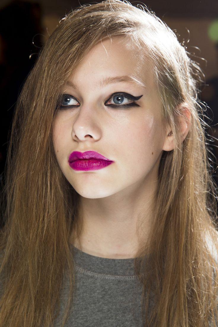 Make-up na podzimní přehlídce Topshop Unique. Výrazné oční linky a fuchsiové rty.