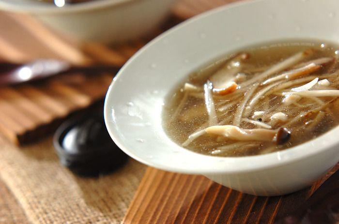 ゴボウときのこがたっぷりいただけて、しょうがでぽかぽかのスープ。塩麹がポイントのレシピです。