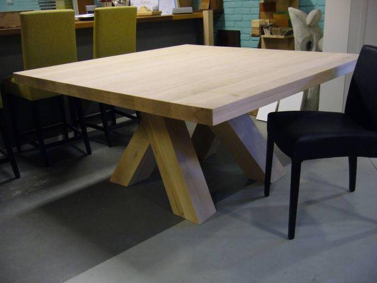 Vierkante tafel met kruispoot, nog onbehandeld op foto