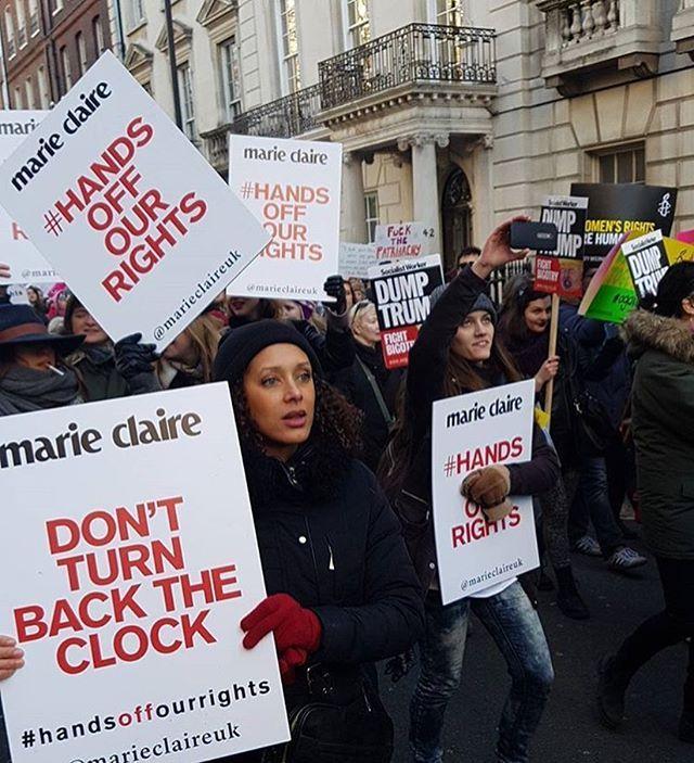 Após a posse de Donald Trump acontece a #womensmarch em Washington e ao redor do mundo. Mulheres saem às ruas para defender seus direitos e contra as ideias sexistas do novo presidente dos EUA que foi inclusive acusado de assédio sexual. Aqui um clique da @marieclaireuk que protesta em Londres. Saiba mais em marieclaire.globo.com ou baixe nosso app #LinkNaBio. #mcnawomensmarch #mconwomensmarch #whyimarch  via MARIE CLAIRE BRASIL MAGAZINE OFFICIAL INSTAGRAM - Celebrity  Fashion  Haute Couture…