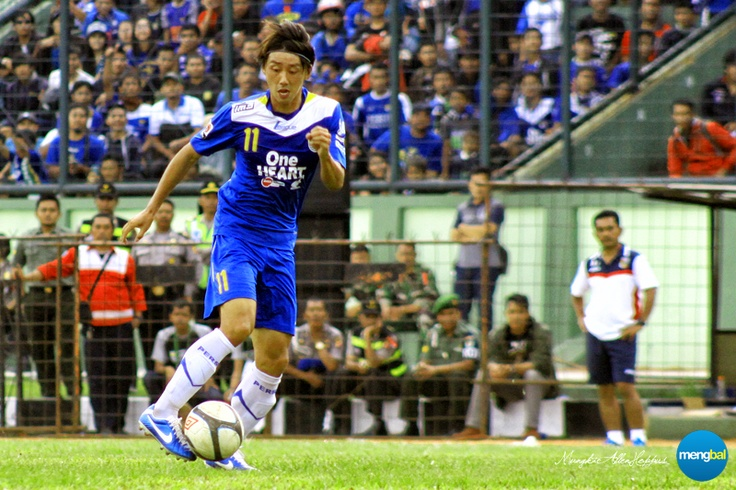 Persib vs Psps : Being a goal poacher doesn't mean you're useless all around. Kenji Adhacihara was much better at his all-around play.