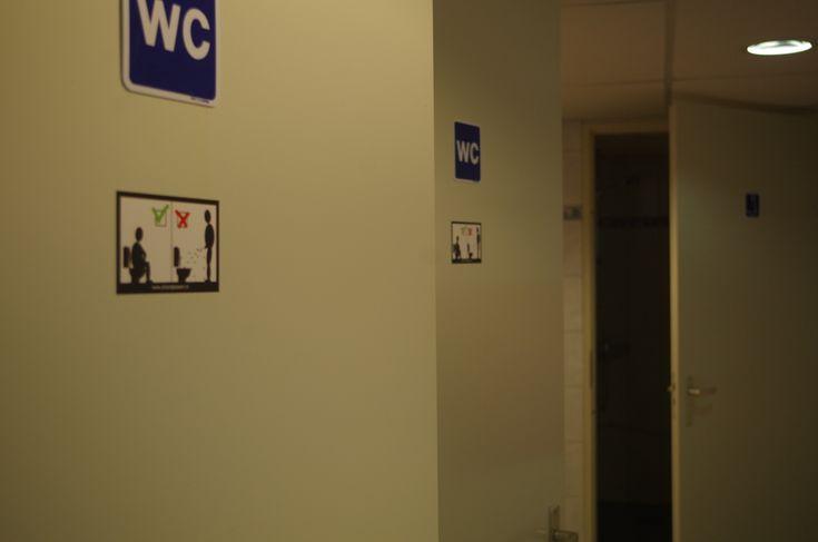 Voor bedrijven moeten toiletten voor de werknemers schoon zijn. Zittend plassen helpt daar erg bij.  Door de sticker te bestellen en te plakken is er positieve aandacht voor.  Helemaal wanneer ook klanten gebruik maken van toiletten is het schone toilet belangrijk. Uw klant is positiever als hij van een schoon toilet komt.   Neem voor meer informatie contact met ons op: 0598-785551 of mail naar: info@zittendplassen.nl