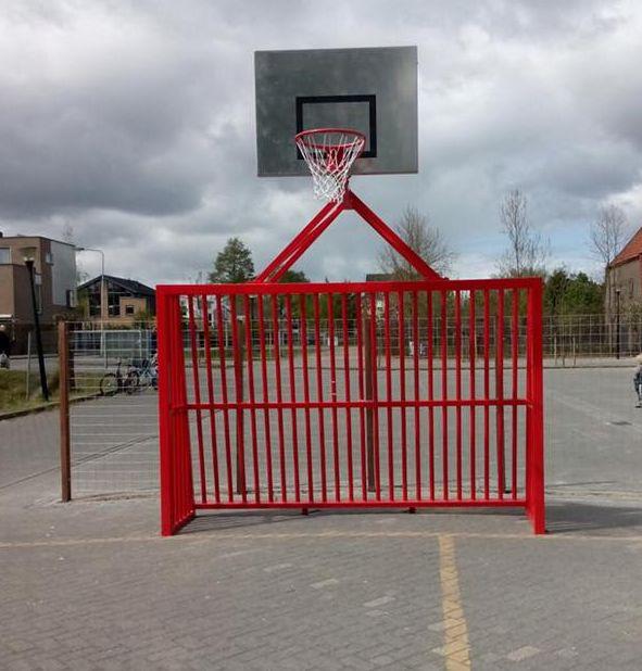 Ons volledig gelaste aluminium antivandaal voetbaldoel met basketbal. Model VB200 in een fraaie rode poedercoating.